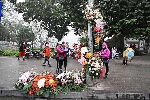 Hơn 100 cột đèn nở hoa giữa trung tâm Hà Nội - 1