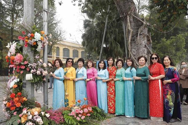 Hơn 100 cột đèn nở hoa giữa trung tâm Hà Nội - 2