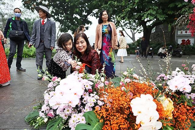Hơn 100 cột đèn nở hoa giữa trung tâm Hà Nội - 3