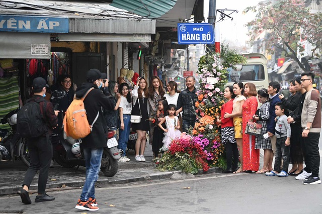 Hơn 100 cột đèn nở hoa giữa trung tâm Hà Nội - 8