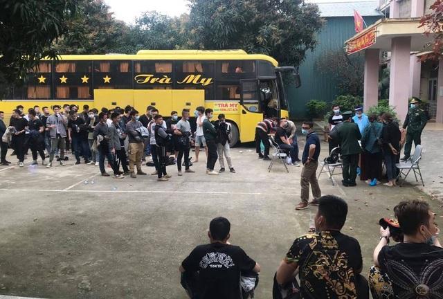 Nghệ An: Phát hiện xe khách chở 53 người Trung Quốc nhập cảnh trái phép - 1