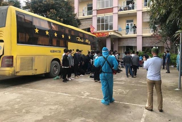 Nghệ An: Phát hiện xe khách chở 53 người Trung Quốc nhập cảnh trái phép - 2