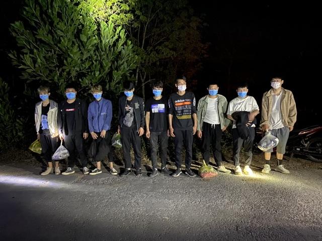 Bắt 16 người Trung Quốc đi từ Bắc vào Nam, đang tìm cách vượt biên - 1