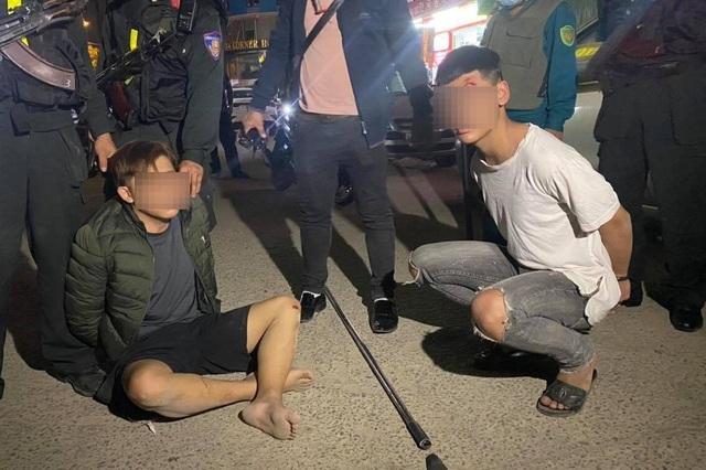 Cảnh sát nổ súng, truy bắt 2 học sinh mang hung khí đi hỗn chiến - 1
