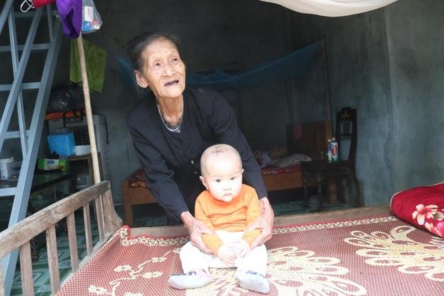 Cụ bà Quảng Bình nhanh chân chạy lũ: Có nhà ni gia đình tui thoát chết - 1