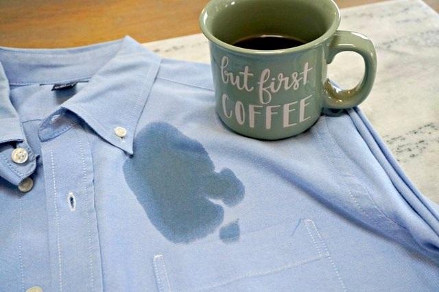Mẹo nhỏ làm sạch vết cà phê dính trên quần áo - 1