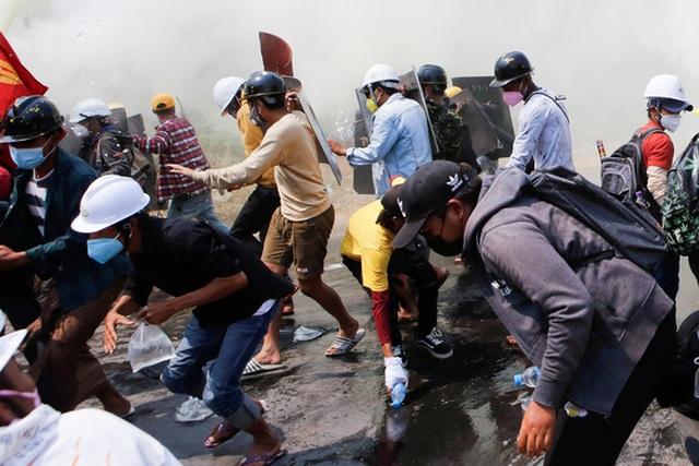 Cảnh sát Myanmar truy bắt người biểu tình trong đêm - 1