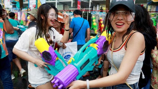 Người Việt sang Thái Lan dự hội té nước cần cách ly trong bao lâu? - 1