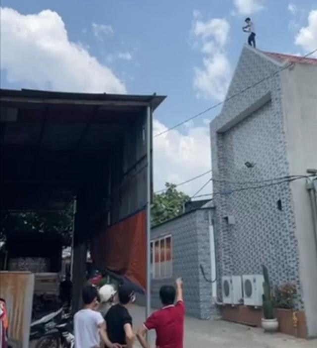 Người đàn ông trồng chuối trên nóc nhà giữa trưa nắng - 1
