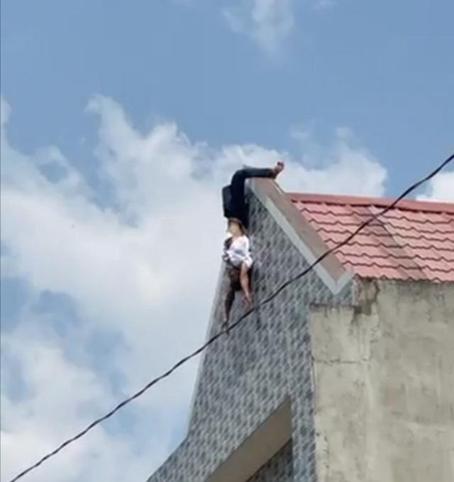 Người đàn ông trồng chuối trên nóc nhà giữa trưa nắng - 2