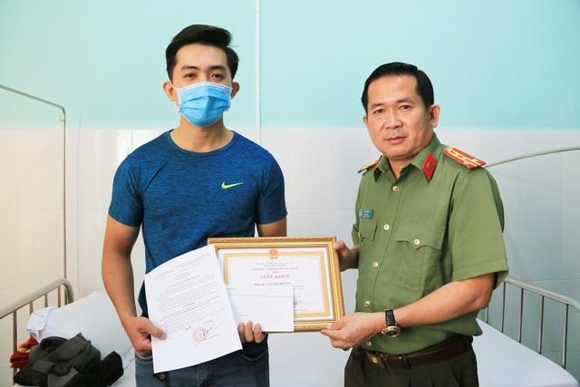 Khen thưởng công an viên dũng cảm bắt tội phạm - 2