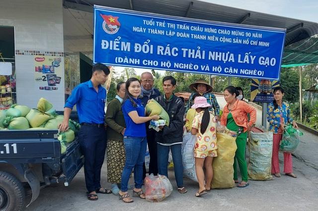 Thiết thực chương trình Đổi rác thải nhựa lấy gạo của tuổi trẻ Bạc Liêu - 2
