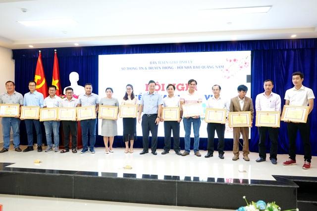 Chủ tịch tỉnh Quảng Nam tặng Bằng khen phóng viên Báo điện tử Dân trí - 3