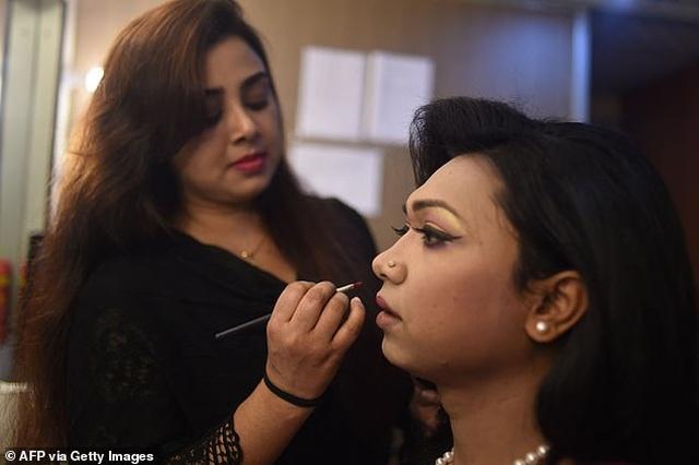 MC chuyển giới đầu tiên xuất hiện trên bản tin truyền hình của Bangladesh - 4