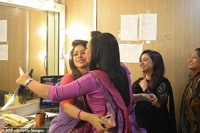 MC chuyển giới đầu tiên xuất hiện trên bản tin truyền hình của Bangladesh - 5