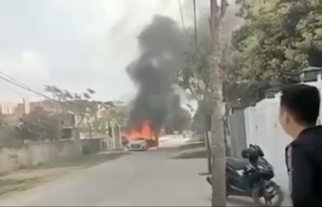 Chủ nhân bất lực nhìn chiếc xe con của mình bốc cháy.