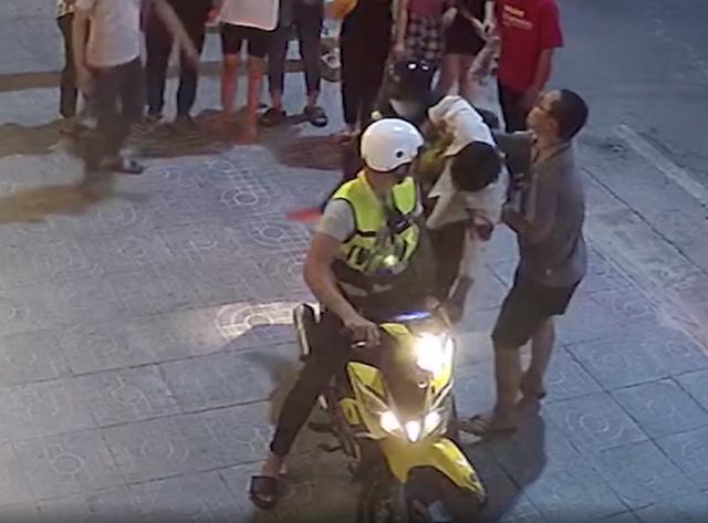 Nam thanh niên bị nhóm côn đồ chém đổ gục trên đường - 2