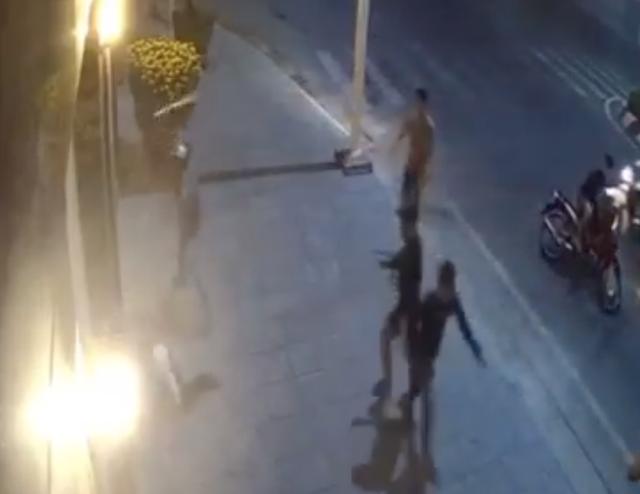Nam thanh niên bị nhóm côn đồ chém đổ gục trên đường - 1