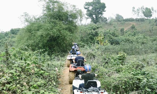 Du khách cưỡi quái thú vượt dốc, băng rừng ở ngoại ô Hà thành - 5