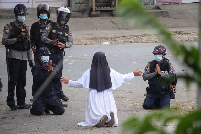 Bức ảnh nữ tu quỳ trong biểu tình ở Myanmar gây bão mạng - 1