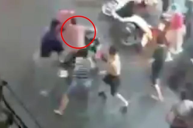 Thanh niên nghi cướp giật bị người dân đánh tơi bời trên đường phố - 1