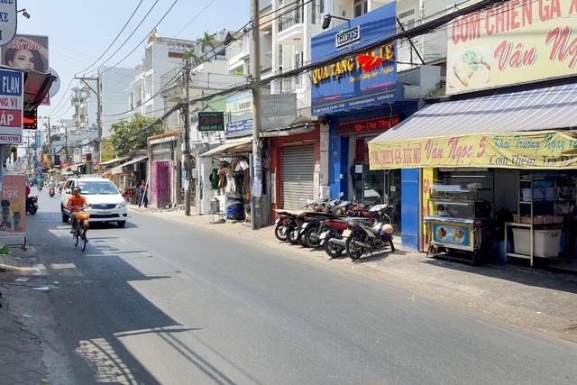 Thanh niên nghi cướp giật bị người dân đánh tơi bời trên đường phố - 2