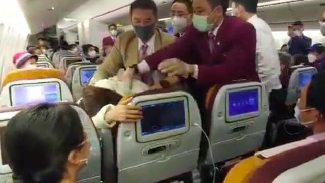 Cãi nhau chuyện dùng nhà vệ sinh, phi công bị đánh gãy răng khi đang bay giữa trời - 1