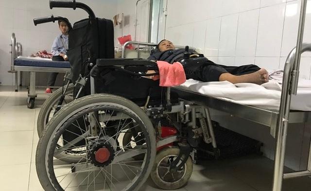 Mẹ già yếu, không thể chăm con, nên anh Hồ Văn Vi, một mình tự chăm sóc bản thân khi nhập viện, điều trị.