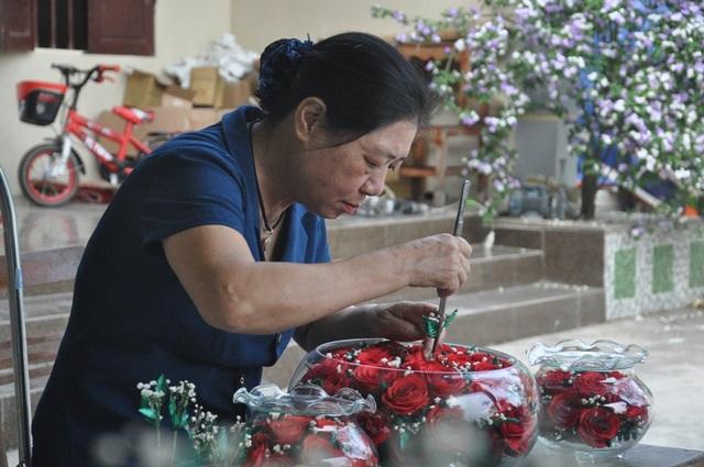 Khởi nghiệp 50 tuổi, nữ giúp việc trở thành chủ cơ sở hoa bất tử - 1