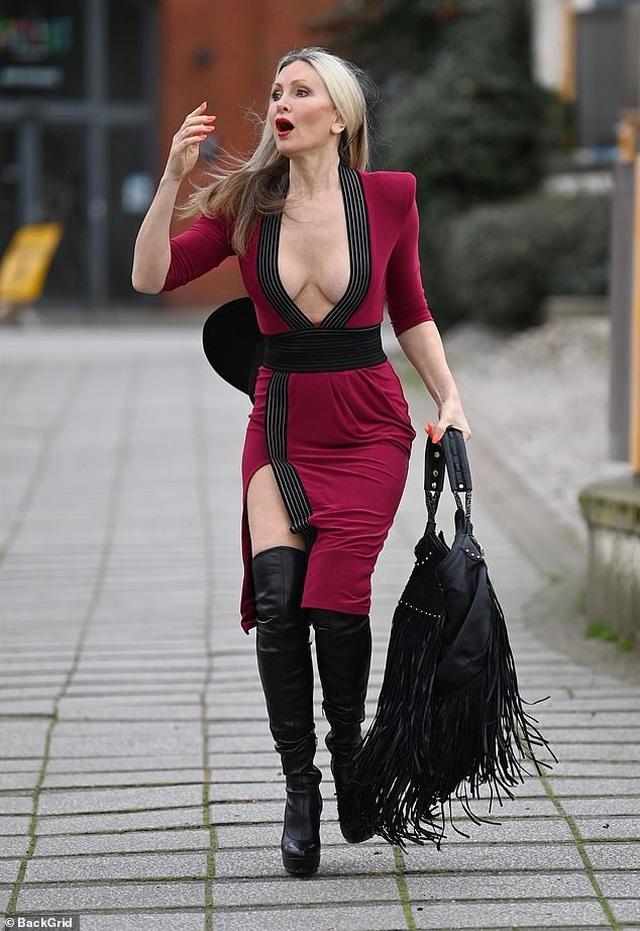 Ngưỡng mộ vẻ trẻ trung của người mẫu 50 tuổi Caprice Bourret - 1