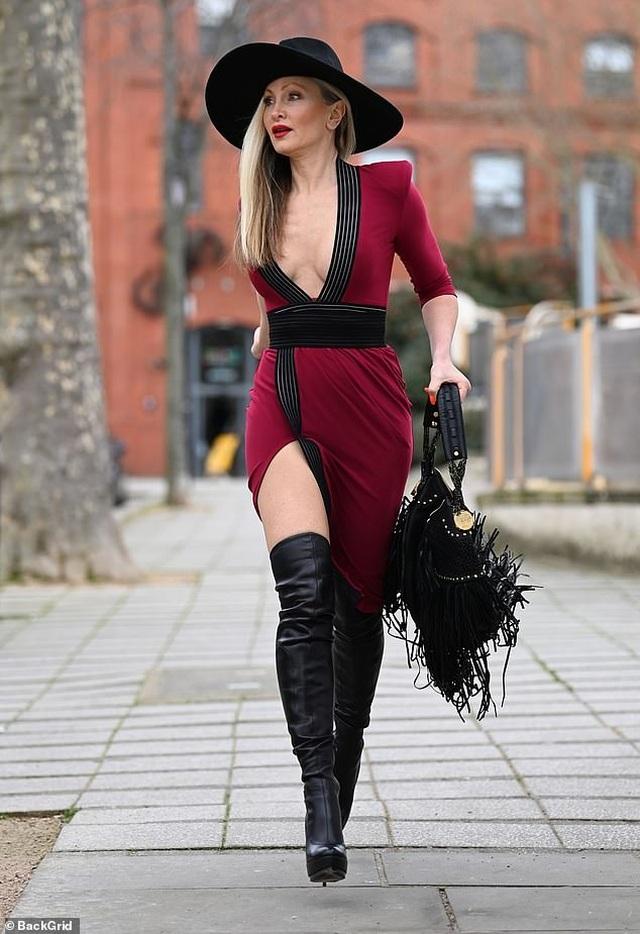 Ngưỡng mộ vẻ trẻ trung của người mẫu 50 tuổi Caprice Bourret - 4