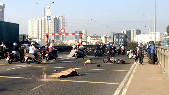 Con gái ngã quỵ bên thi thể cha bị xe container cán tử vong - 1