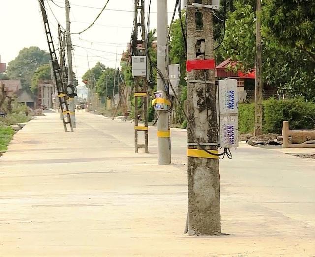 Kỳ lạ hơn 40 cột điện xếp hàng chình ình giữa con đường mới - 2