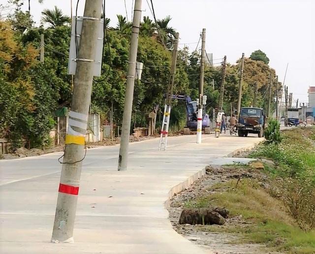 Kỳ lạ hơn 40 cột điện xếp hàng chình ình giữa con đường mới - 1