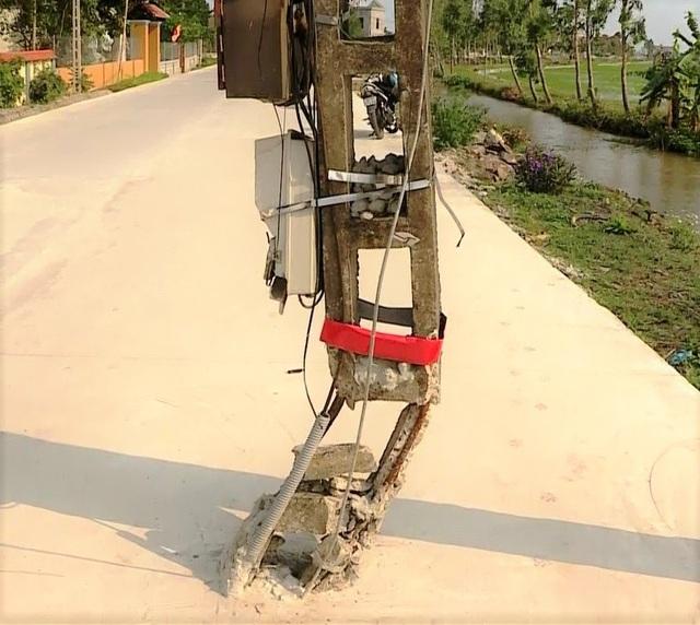 Kỳ lạ hơn 40 cột điện xếp hàng chình ình giữa con đường mới - 4