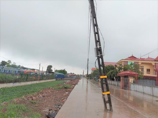 Kỳ lạ hơn 40 cột điện xếp hàng chình ình giữa con đường mới - 3