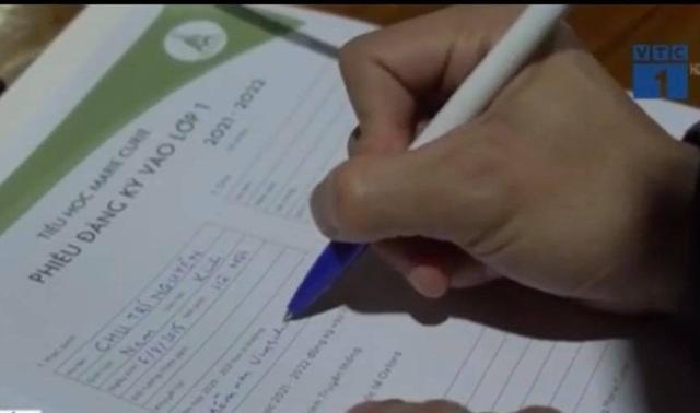Hà Nội: Phụ huynh xếp hàng từ 3h sáng mua hồ sơ vào lớp 1 trường tư - 3