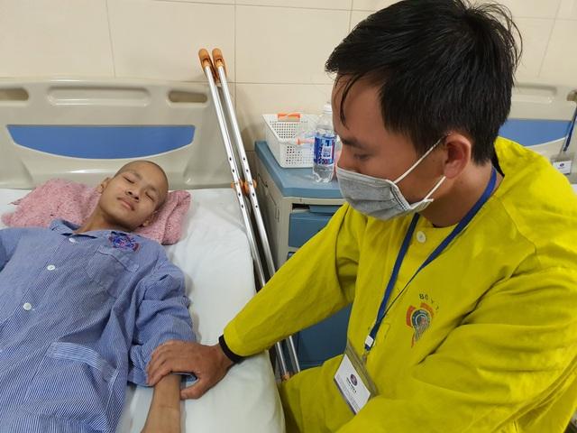 Nhói lòng cảnh chàng trai không cha bị ung thư quái ác cướp đi một chân - 4
