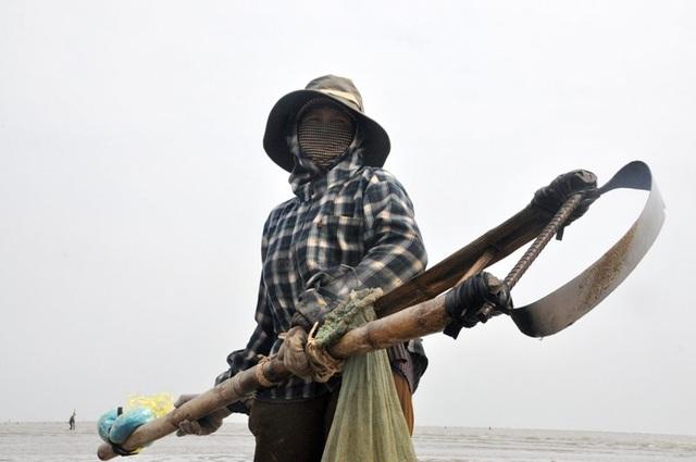 Nghề đi giật lùi nơi cửa biển kiếm gần nửa triệu đồng/ngày - 4