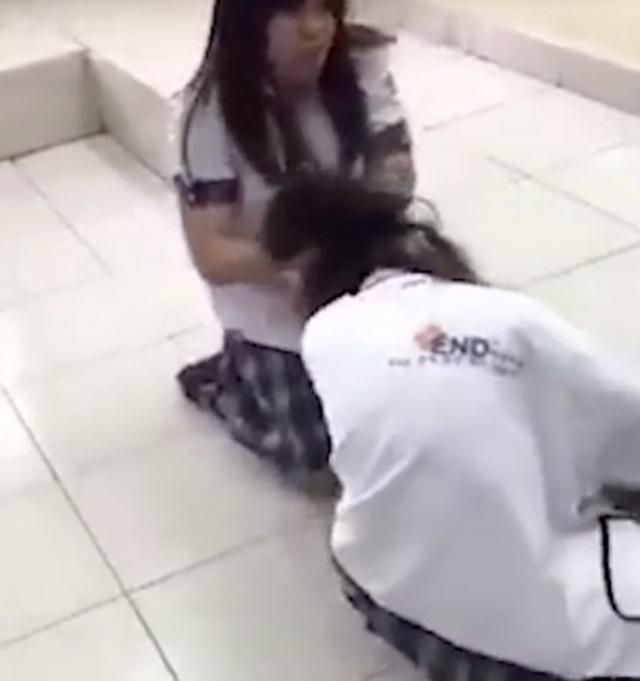 TPHCM: Nữ sinh lớp 10 đánh bạn dã man ngay giữa lớp học - 2