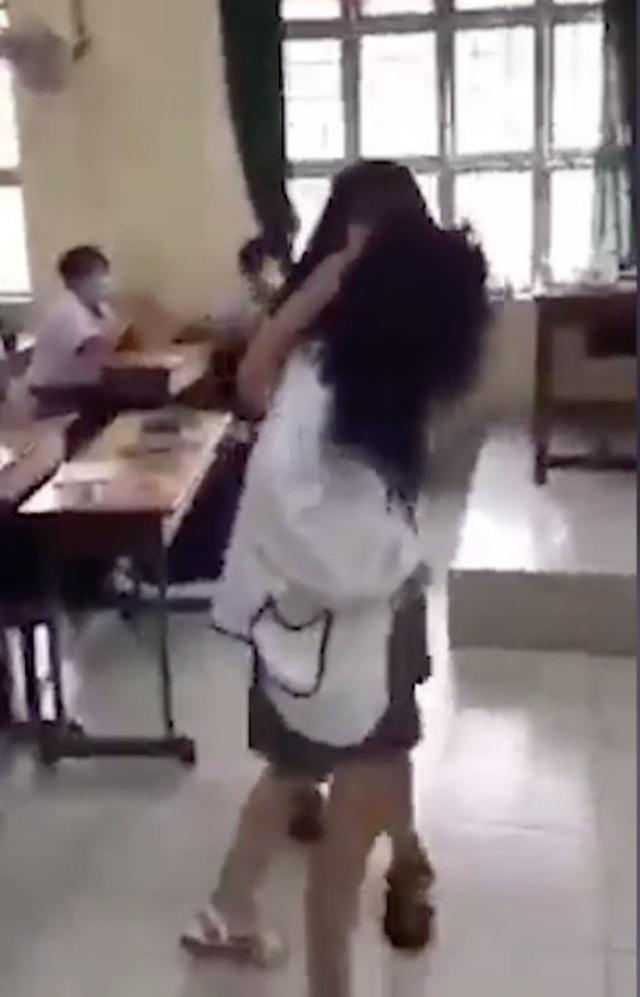 TPHCM: Nữ sinh lớp 10 đánh bạn dã man ngay giữa lớp học - 1