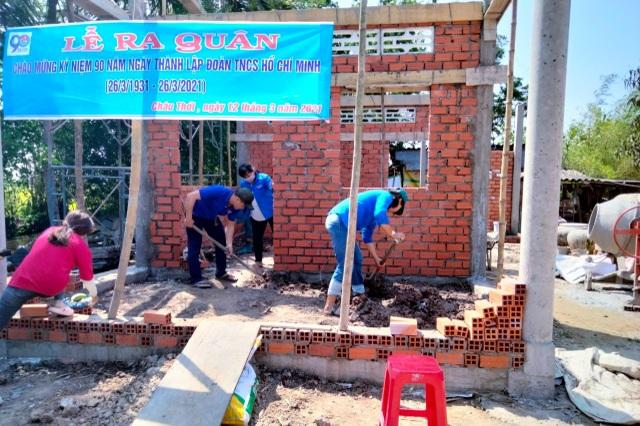 Bạc Liêu: Nữ Đoàn viên thanh niên đẩy xe, xúc đất giúp dân neo đơn làm nhà - 2