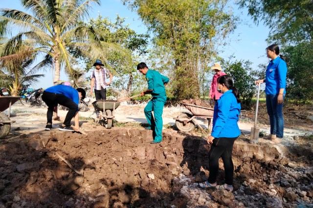 Bạc Liêu: Nữ Đoàn viên thanh niên đẩy xe, xúc đất giúp dân neo đơn làm nhà - 3