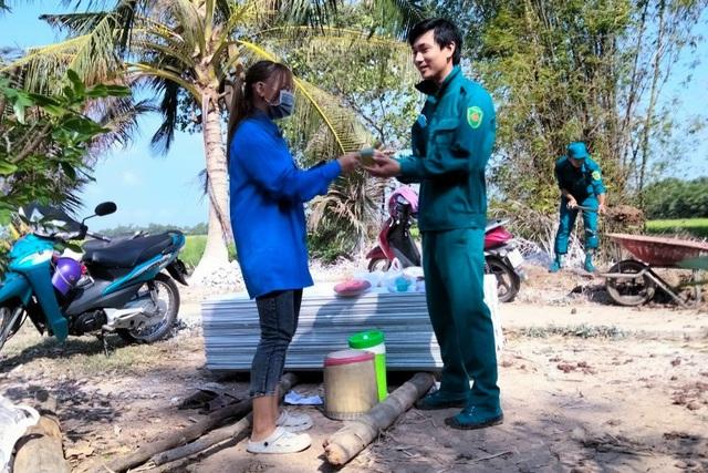 Bạc Liêu: Nữ Đoàn viên thanh niên đẩy xe, xúc đất giúp dân neo đơn làm nhà - 5