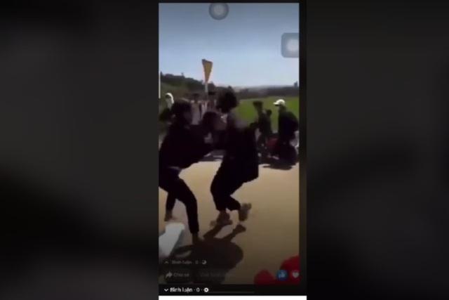 Chỉ vì xích mích nhỏ, nữ sinh vây đánh nhau giữa đường - 2