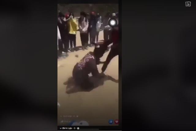 Chỉ vì xích mích nhỏ, nữ sinh vây đánh nhau giữa đường - 1