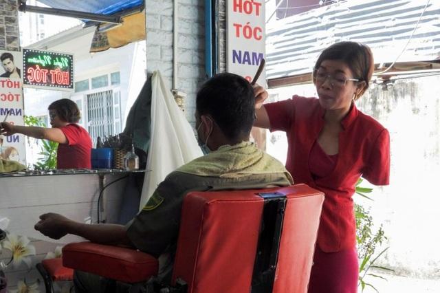 Báo Anh viết về nữ thợ cắt tóc Việt mất 1 tay vượt lên nghịch cảnh - 1