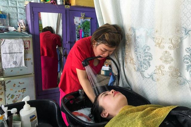 Báo Anh viết về nữ thợ cắt tóc Việt mất 1 tay vượt lên nghịch cảnh - 2