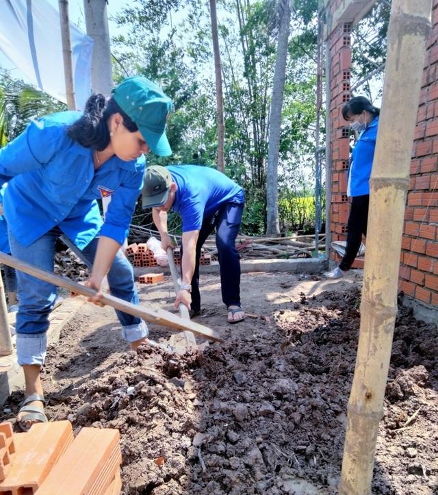 Bạc Liêu: Nữ Đoàn viên thanh niên đẩy xe, xúc đất giúp dân neo đơn làm nhà - 4