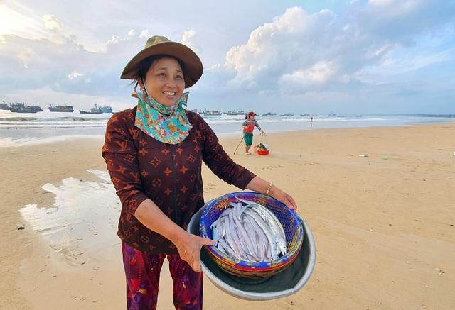 Phú Yên: Tất bật mưu sinh trong buổi sáng sớm ở làng chài ven biển - 6